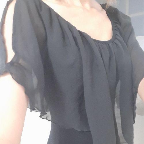 Robe noire avec épaules mousseline