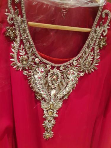 Robe courte style oriental munie de strass