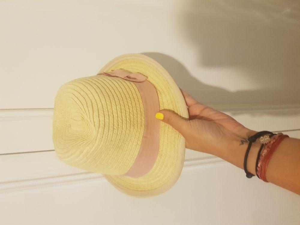 Chapeau avec une bande rose