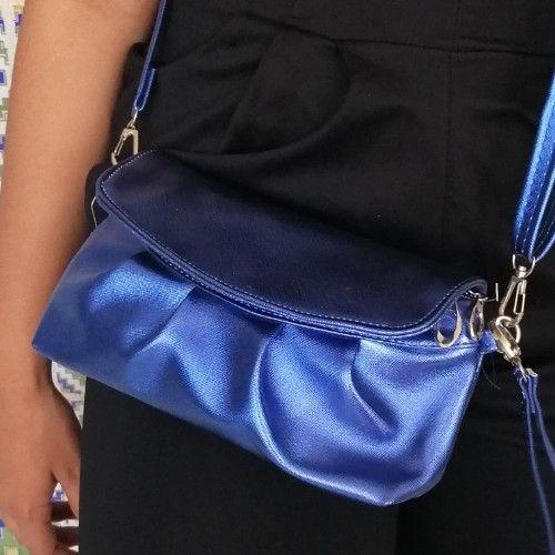 Petite pochette bleue métallisée... Peu être portée en bandoulière ou à la main