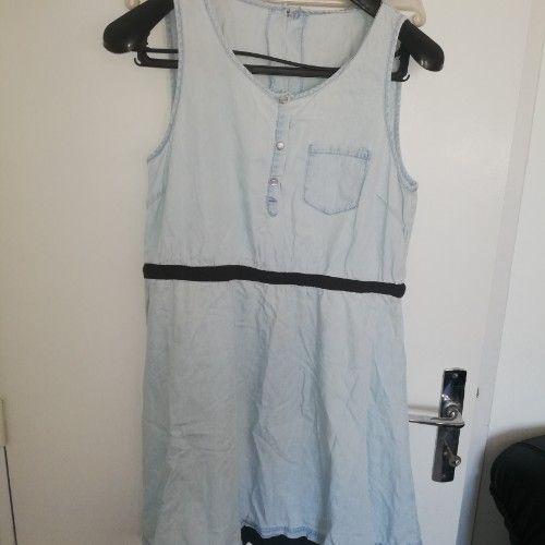 Lot de 4 pièces robe de plage jean bleu lavée taille ML , chemise ZARA blanc taille M , pull Tommy Hilfiger taille SM et chemise H&M taille M en excellent état à un prix fouuuuuuuuuuuuuu....
