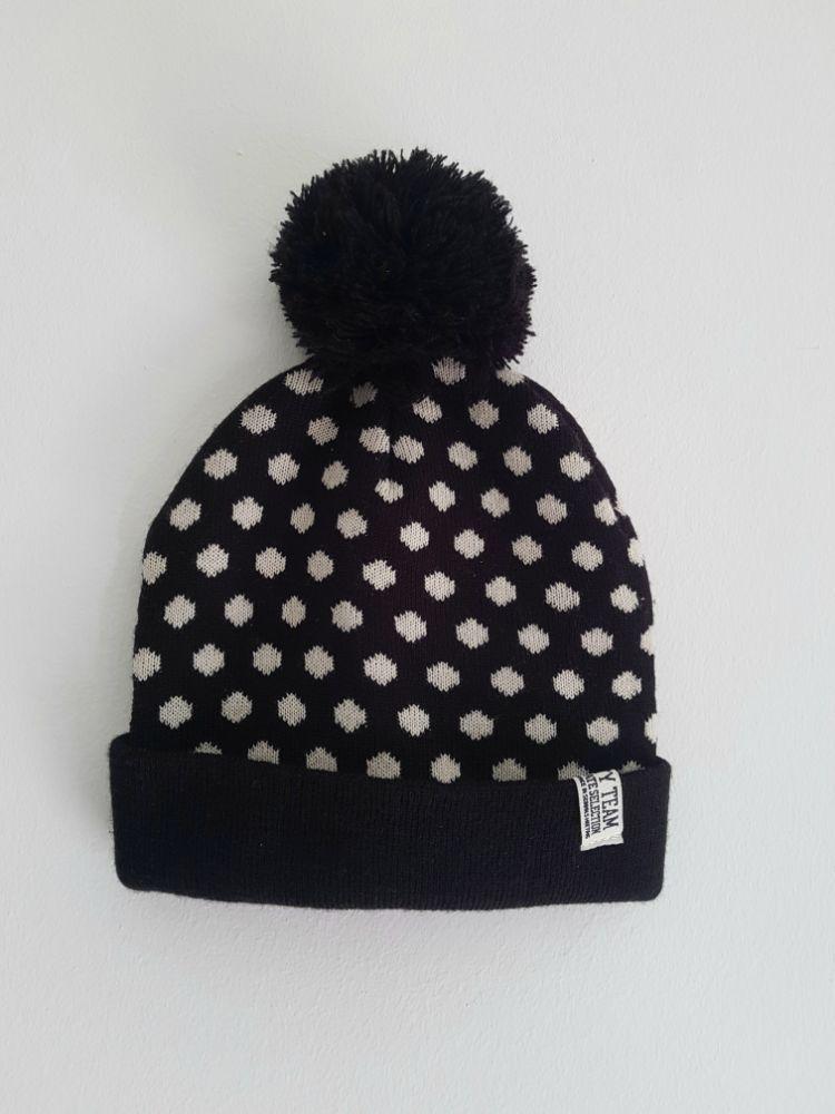 Bonnet noir à petit pois avec pompon