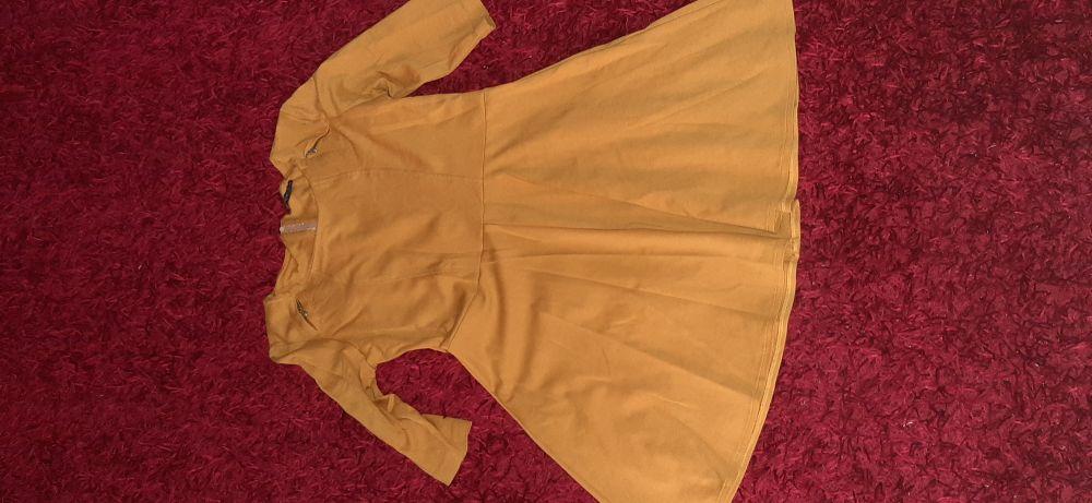 Une robe couleur moutarde tres chic elle cache le ventre et les hanches