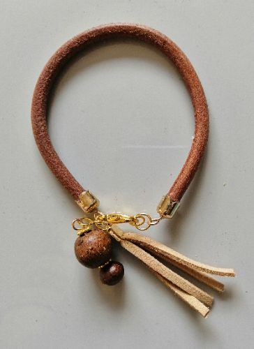 Un bracelet en véritable cuir marron, mesure 20cm.