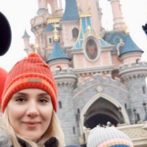 Tres joli bonnet Rouge a pompon importé de france neuf avec etiquette