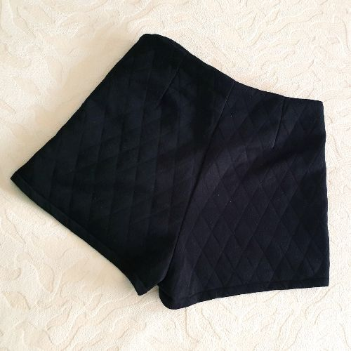 Short noir à motifs